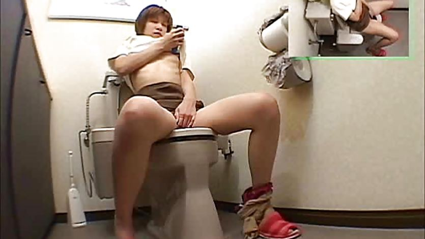 porno-v-tualete-smotret-drochit-devchonok-poka