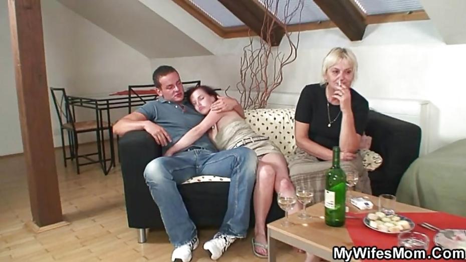 секс жена дает в жопу и муж смотрит