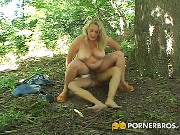 Старушку вафлят в лесу, порно старых и волосатых