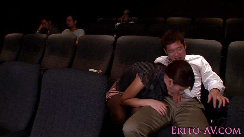 Любитель подрочить в кинотеатре порно