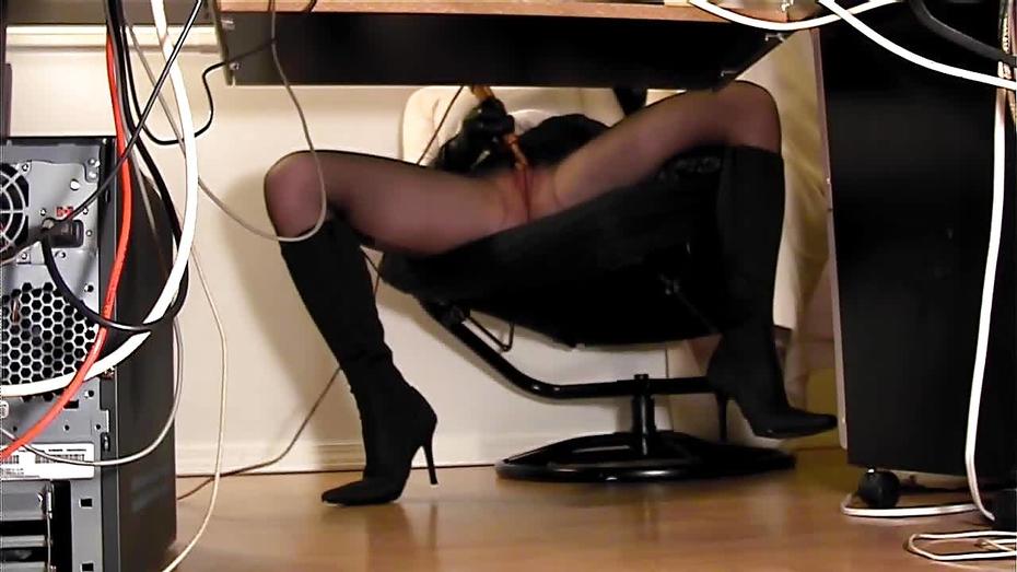 sekretarsha-masturbiruet-pod-stolom-skritaya-kamera-onlayn