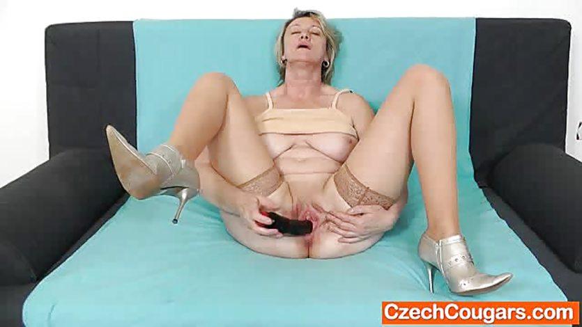 зрелая мастурбация в чулках - 12