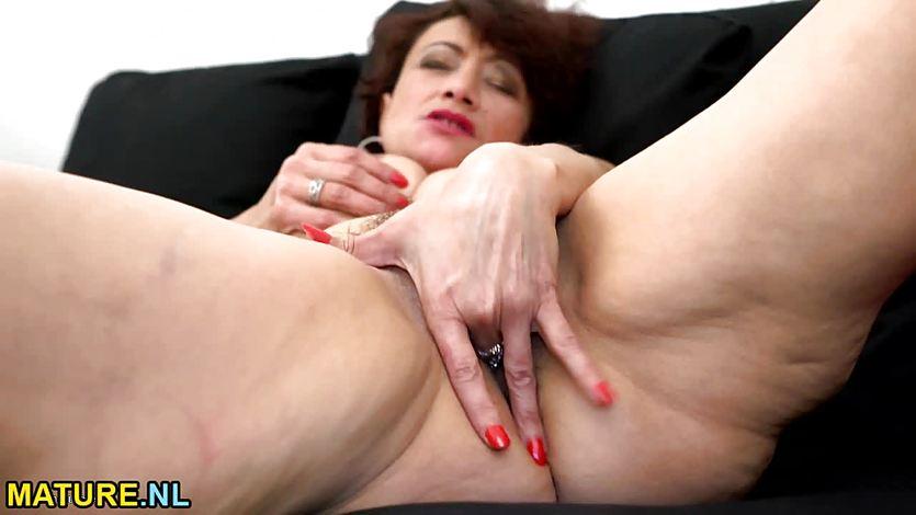 zrelaya-zhenshina-masturbiruet-palchikom-pyaniy-devushki-seks-porno-video