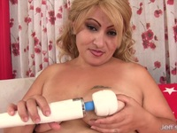 Chubby mom using toys | Porn-Update.com