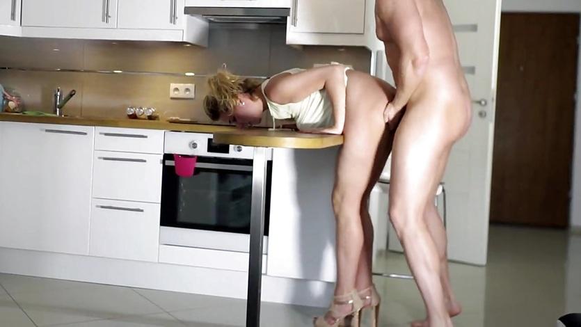 милашку раком на кухне мне