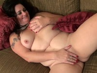 Chubby housewife fingering herself | Porn-Update.com