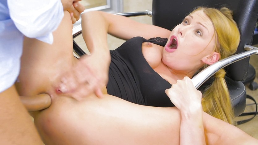 YUMMY Kinky hairdressers blowjob