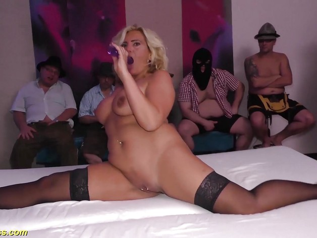 Flexi blonde milf in her first gangbang orgy