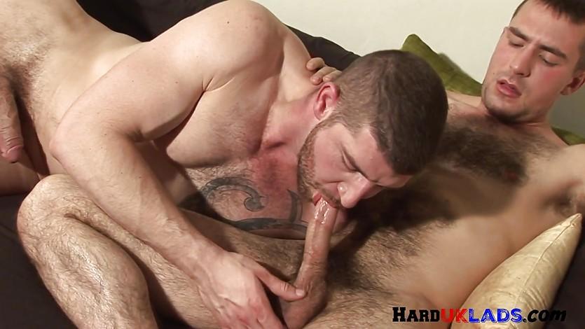 Stud english hunk cums while dicksucking
