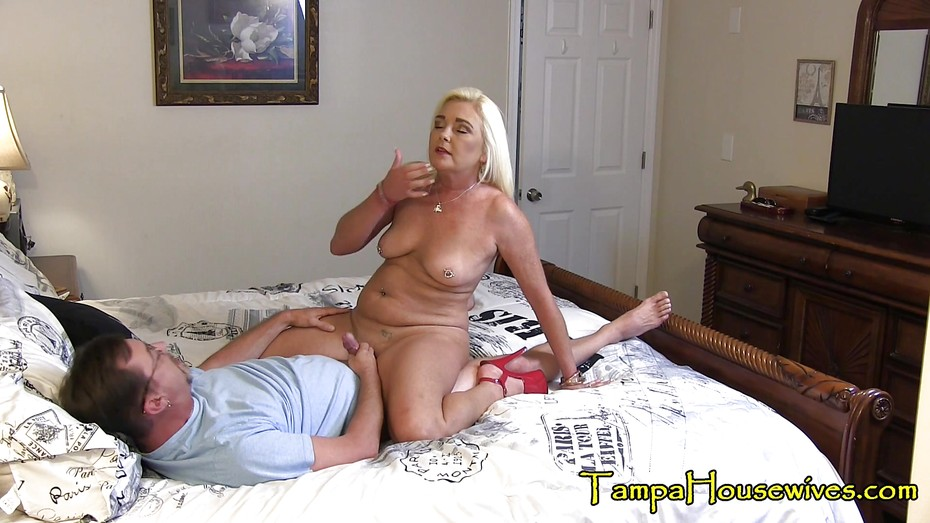 Shemale Cums While Fucked